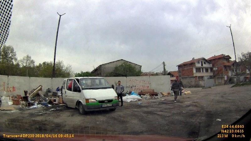 Издирват двама нарушители, изхвърлили строителни отпадъци на незаконно сметище СНИМКИ