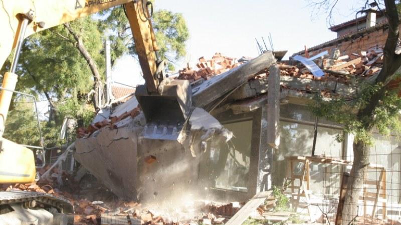 Семейство от Столипиново плащало наем за съборената си къща ВИДЕО