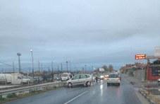 Кола се заби в мантинелата край Труд, движението е затруднено