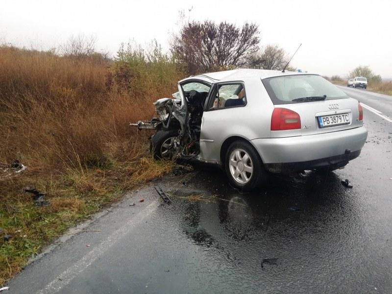 Автомобилите от катастрофата край Поповица - смачкани до неузнаваемост СНИМКИ