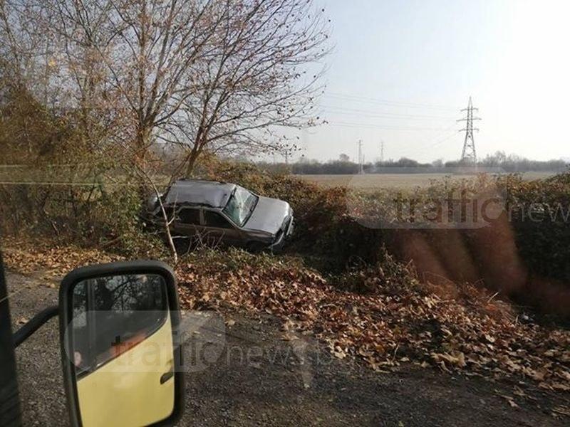Кола се заби в канавка до Пловдив, авария превърна пътя в пързалка СНИМКИ