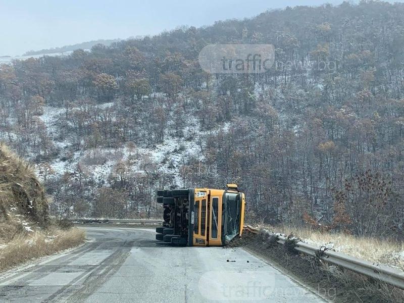Внимание! Преобърнат камион на пътя над Белащица СНИМКИ