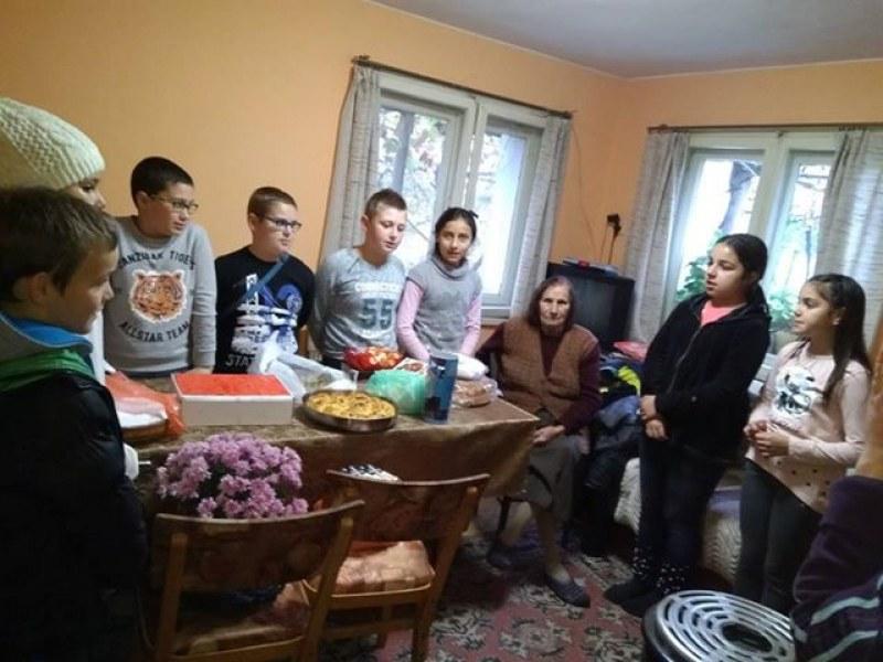 Деца от Белозем зарадваха своя пенсионирана учителка СНИМКИ