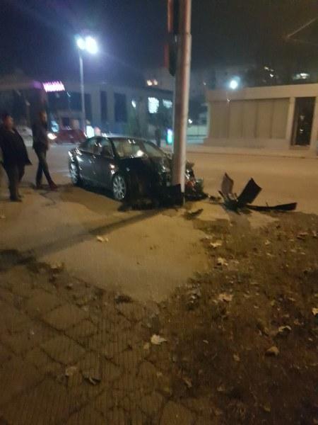 Кола се удари в стълб на метри от бензиностанция в Пловдив