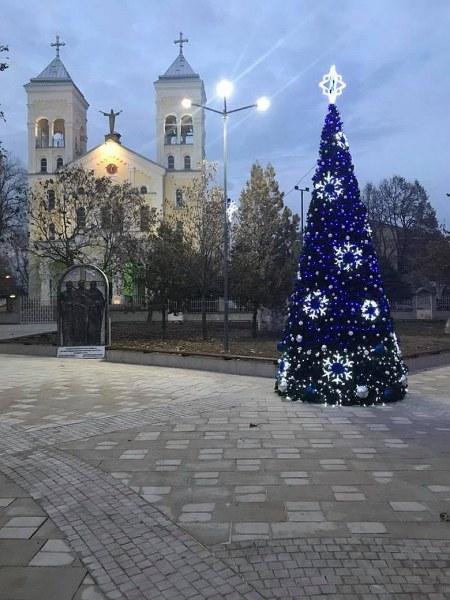 Грейнаха светлините на коледната елха и празничната украса в Раковски