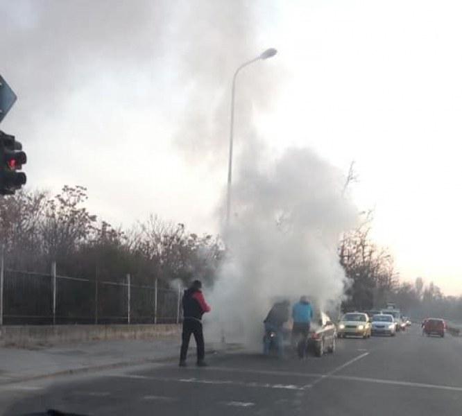 Кола избухна в пламъци насред булевард в Кючука