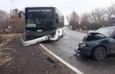 Тежък инцидент на пътя: Автобус №15 и кола се помляха до Войводиново СНИМКИ