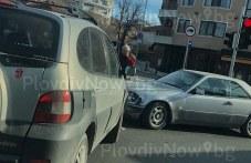 Джип и мерцедес катастрофираха в центъра на Пловдив, блокираха кръстовище СНИМКИ