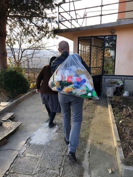Младежи събраха 2 тона хранителни продукти на възрастни хора в Куртово Конаре и Триводици СНИМКИ