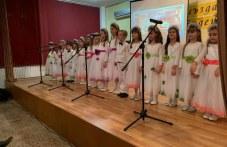Пловдивски ученици изнесоха благотворителен коледен концерт СНИМКИ