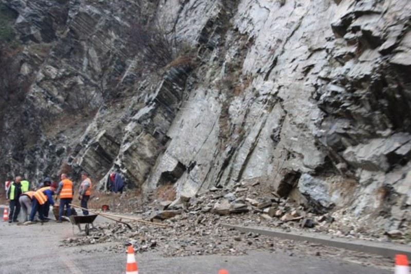 Опасност от свлачища по пътищата Асеновград - Смолян, Юговско ханче - Лъки - Здравец и Кричим - Стамболийски