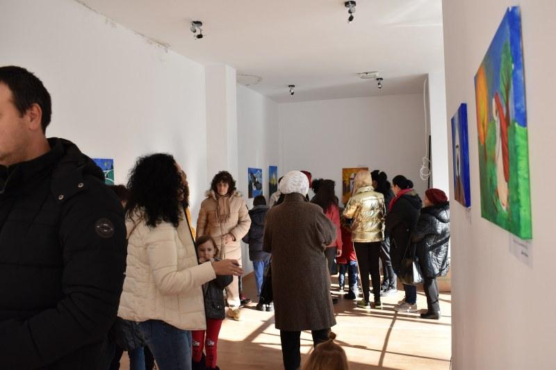 Талантливите деца на Перущица наредиха изложба от шедьоври, за да помогнат на свои съграждани СНИМКИ