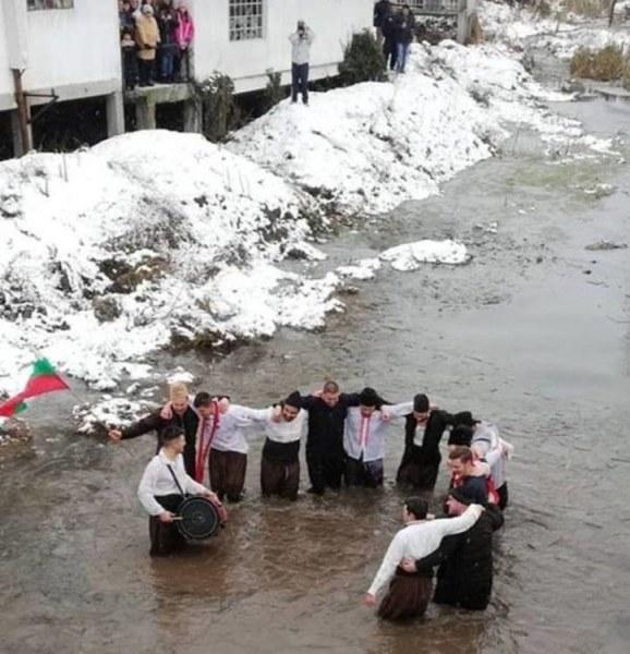 Смелчаци от село Искра се хванаха на хоро в река Каялийка