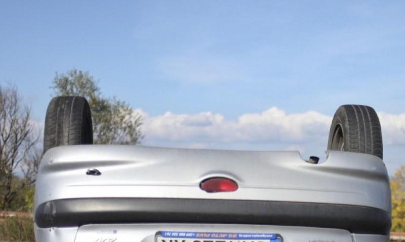 Автомобил се преобърна по таван край Садово