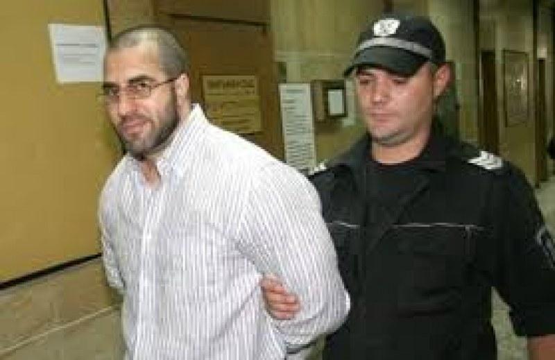 Докараха рецидивиста Мангъров на съд в Пловдив със затворническа кола