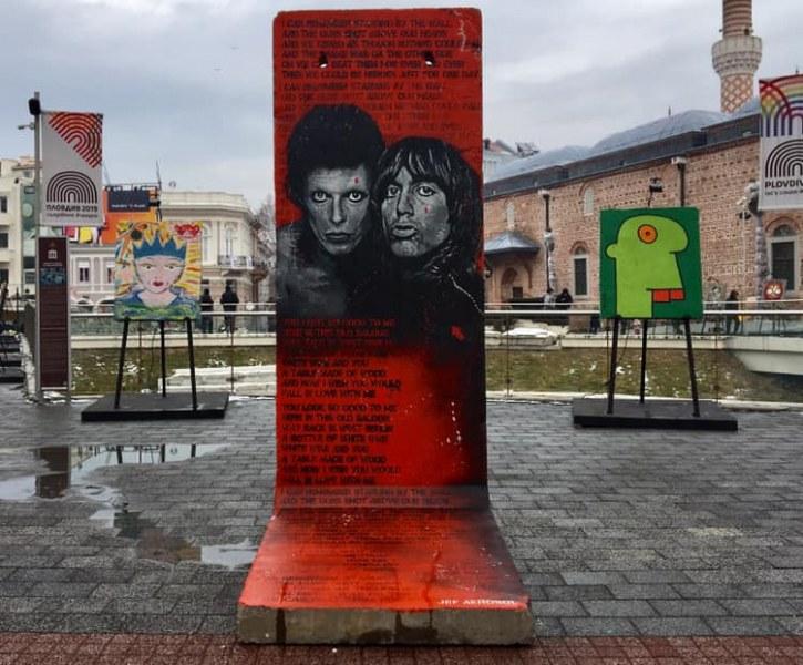 """Световни художници показват """"изкуството на свободата"""" върху парчета от Берлинската стена СНИМКИ"""