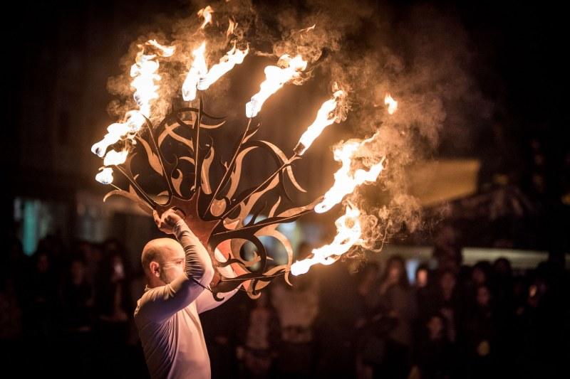 Жар театър и театър Fireter пренасят пловдивчани в света на огъня и сенките  СНИМКИ