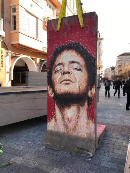 Дейвид Бауи, Иги Поп и Лу Рийд гледат от 3-метров фрагмент от Берлинската стена СНИМКИ