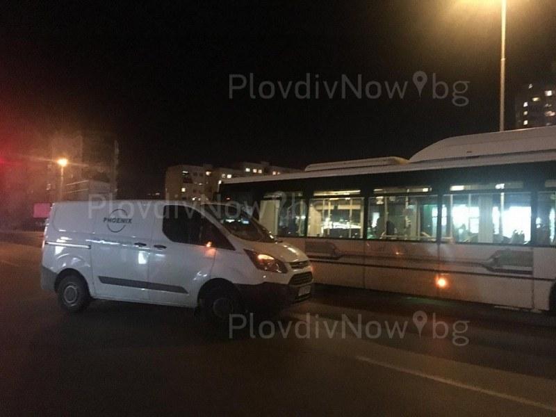 Катастрофа с автобус обърка движението в Тракия! Шофьор на друг преминаващ рейс нарита пътник СНИМКИ