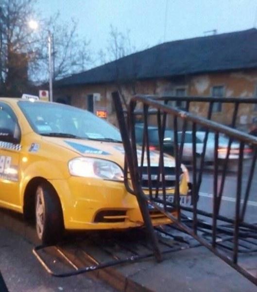 Такси се заби в мантинела в Пловдив
