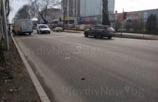 Бус и лек автомобил се сблъскаха на кръстовище в Пловдив СНИМКИ