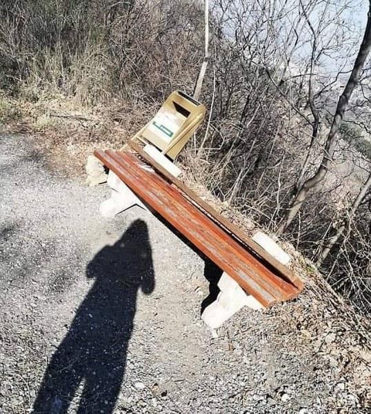 Вандали изпотрошиха пейка по пътя за Асенова крепост СНИМКИ