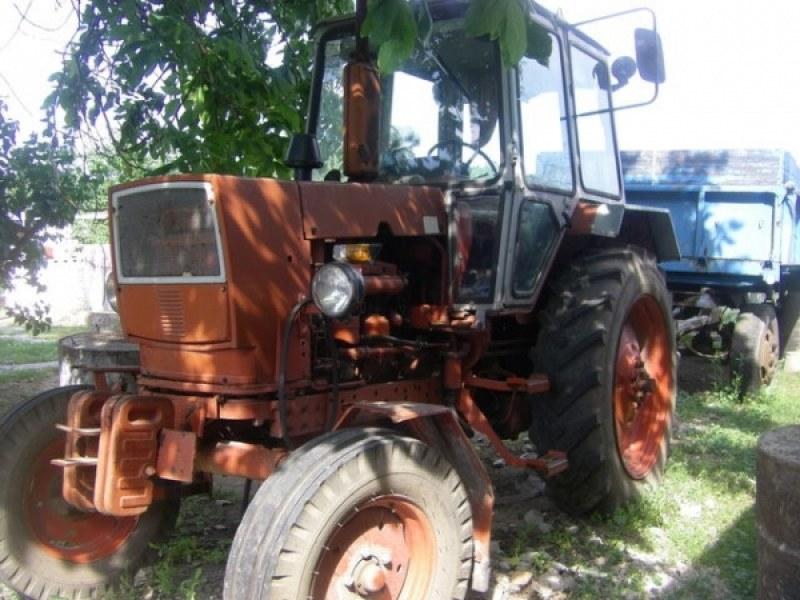 Трактор без регистрационни номера се движи из Първомай