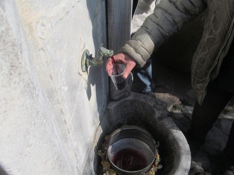 Руйно червено вино потича от старата чешма в Етнографската къща в Асеновград