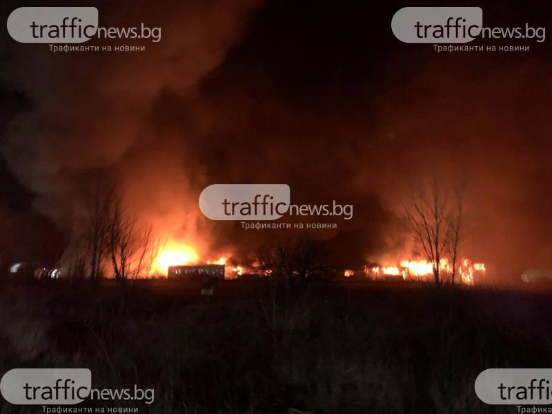 Още пожарни пристигат на помощ във Войводиново! Чуват се взривове ВИДЕО и СНИМКИ