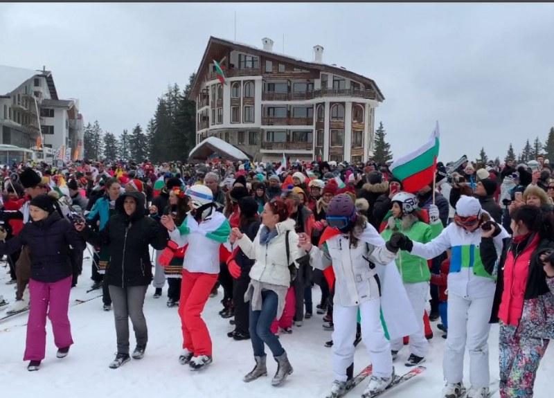 Хоро на ски и с носии играха в Пампорово ВИДЕО