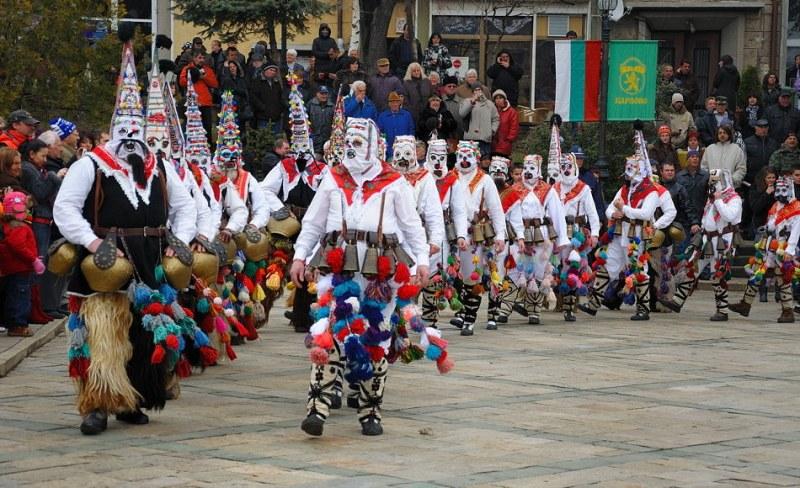 Маскарадно шествие и кукерски игри на Старчовден в Карлово ВИДЕО