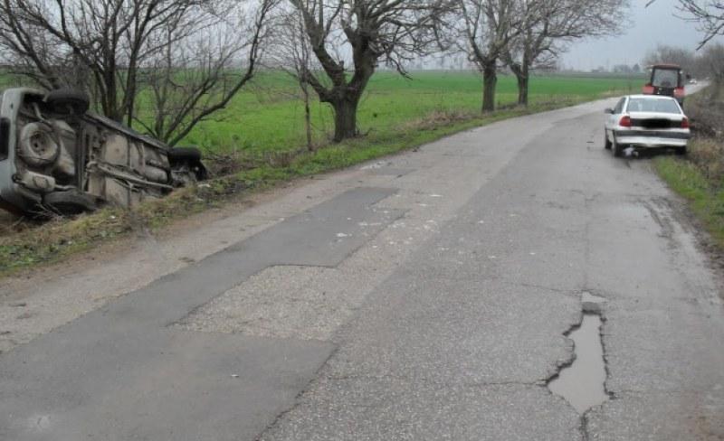 Кола се преобърна в канавка край Цалапица, млада жена е в болница