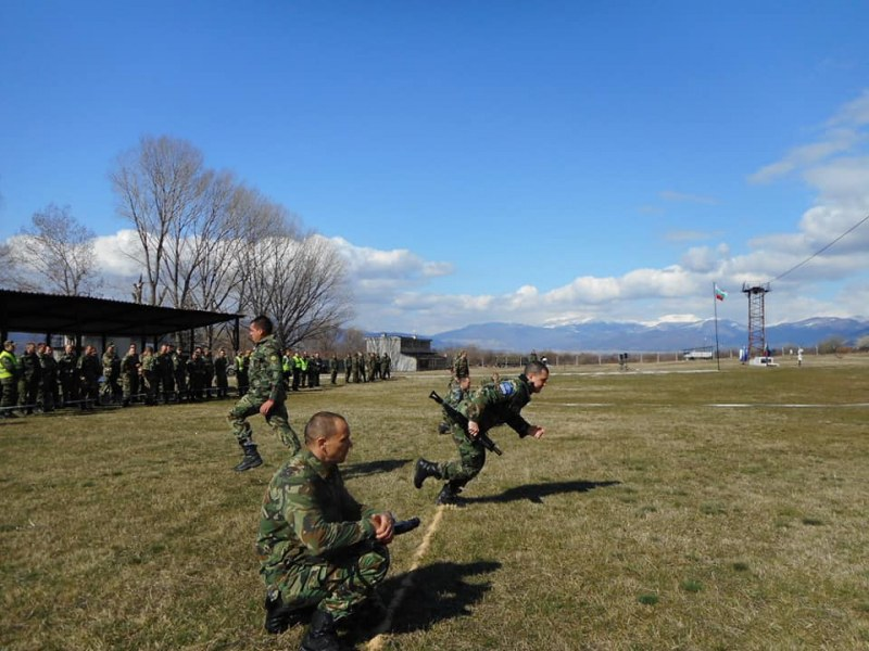 Карловските военни се състезаваха в дуелна и щафетна стрелба