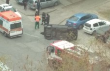 """Кола се преобърна в ж.к. """"Тракия"""", друга изхвърча в градинка пред блок"""