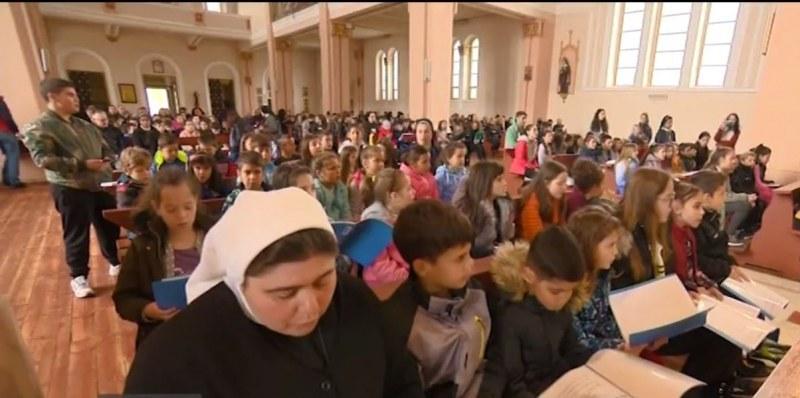 Децата от Раковски репетират за първото причастие, което Папата ще им даде