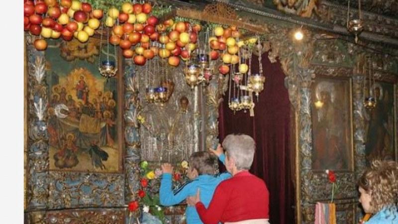 """Стотици вярващи сведоха глави пред """"Света Богородица - Златна ябълка"""" в Асеновград"""