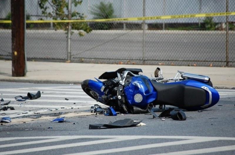 Трима младежи катастрофираха с мотор край Първомай, единият е с опасност за живота