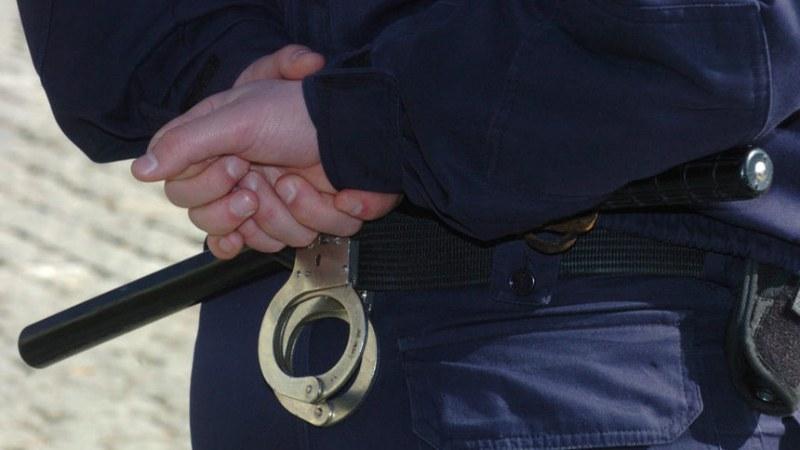 Арестуваха дилър с голямо количество дрога и незаконни оръжия в Съединение