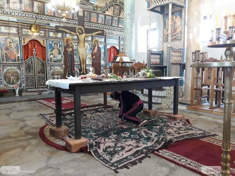 Десетки миряни минават под масата за прошка в храм на век и половина в Брезово СНИМКИ
