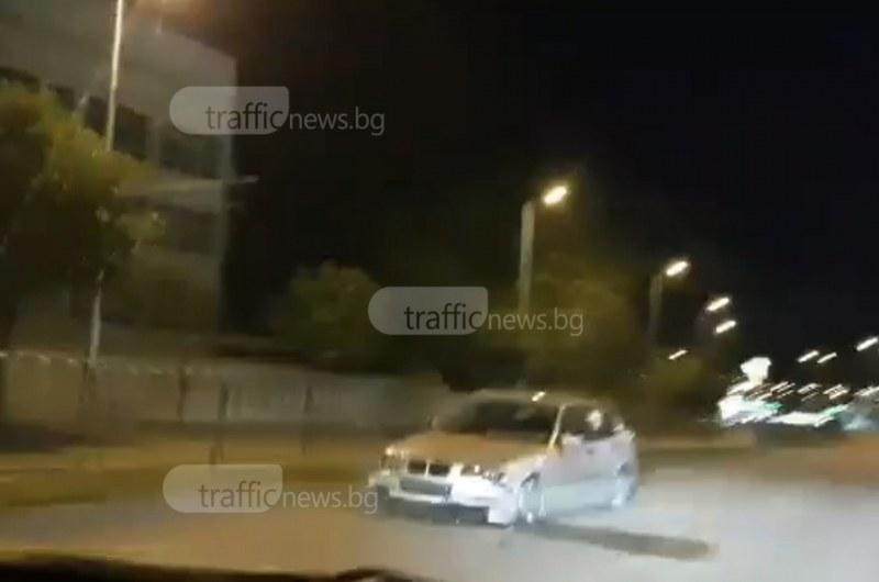 Кола нацели мантинелата по главен булевард в Кючука
