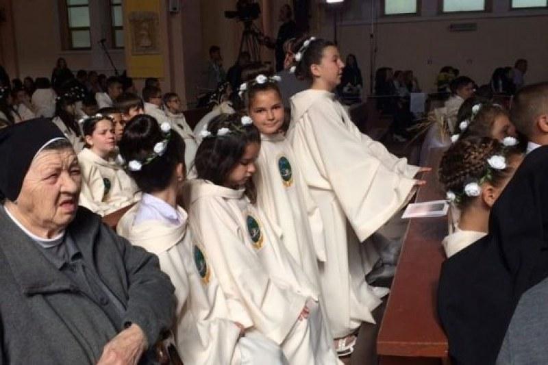 Деца от Калояново, Житница и Дуванлии получиха първото си причастие от папата