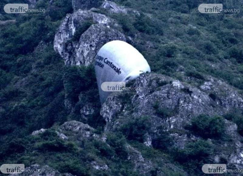 Силен вятър завихрил балона, заклещен в скали до Устина