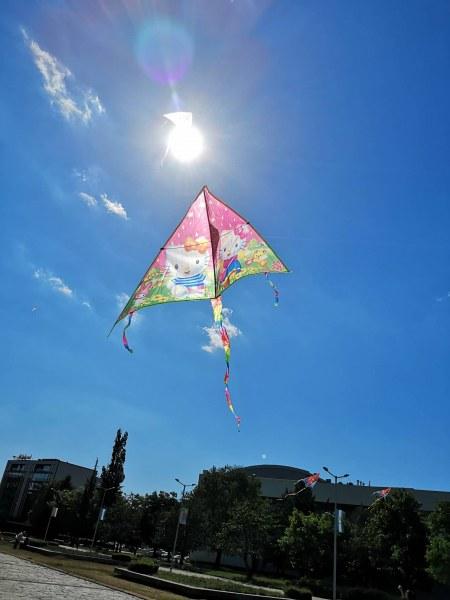Стотици хвърчила полетяха днес край Братската могила, раздават ги срещу усмивки