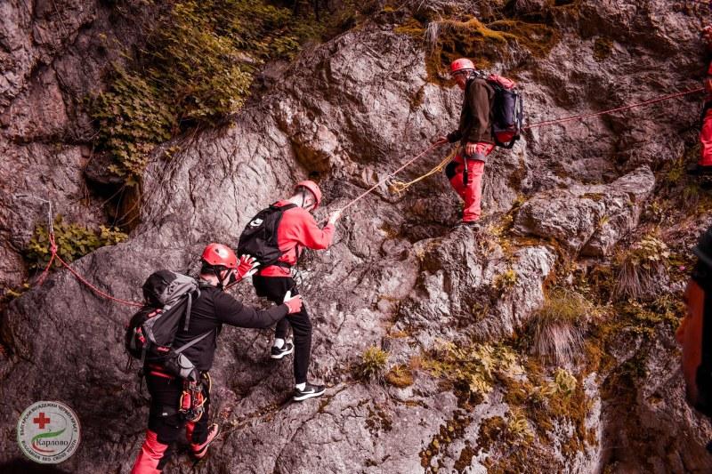 Карловски спасители обучиха младежи от Червения кръст как се оказва помощ на пострадал в планината СНИМКИ