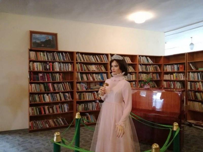 Восъчната фигура на Царицата на розите е вече в читалището в Сопот, отидете да я видите!