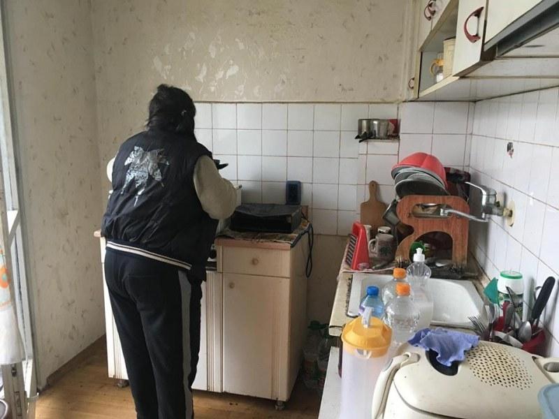 Пловдивчанка с две деца е в безизходица: Жилището й - в течове и мухъл, сметките - по-големи от пенсията