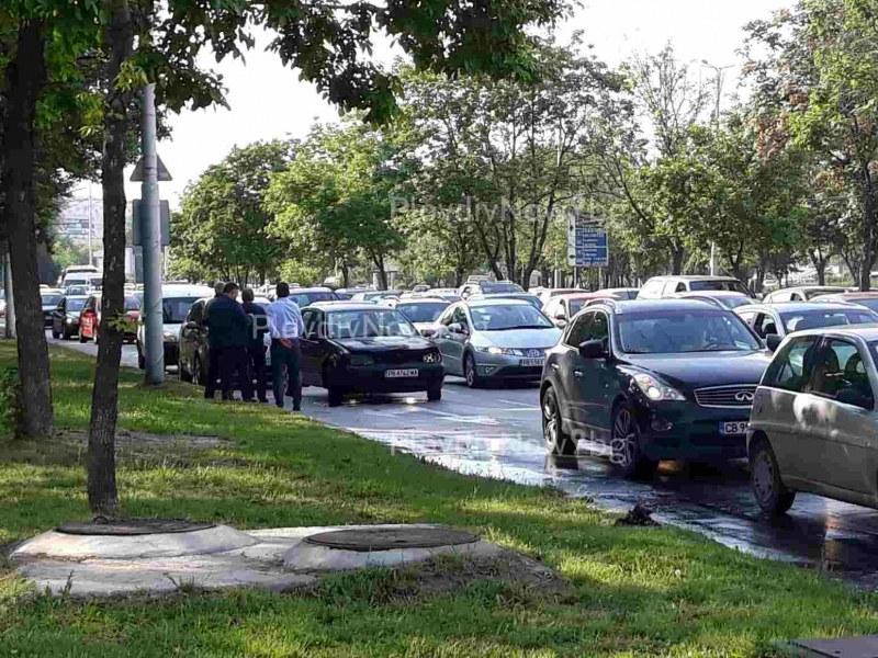 Голф се запали на пловдивски булевард, шофьори се втурнаха да помагат