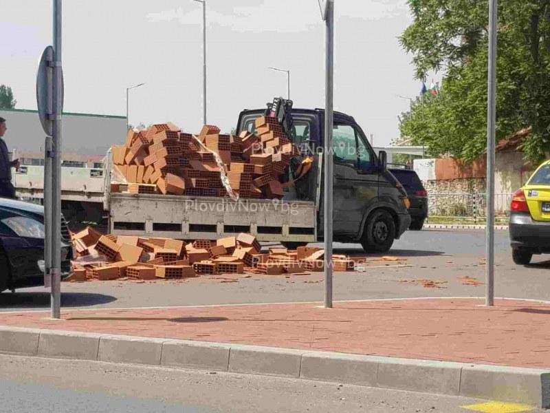Камион изсипа тухли на кръгово в Пловдив