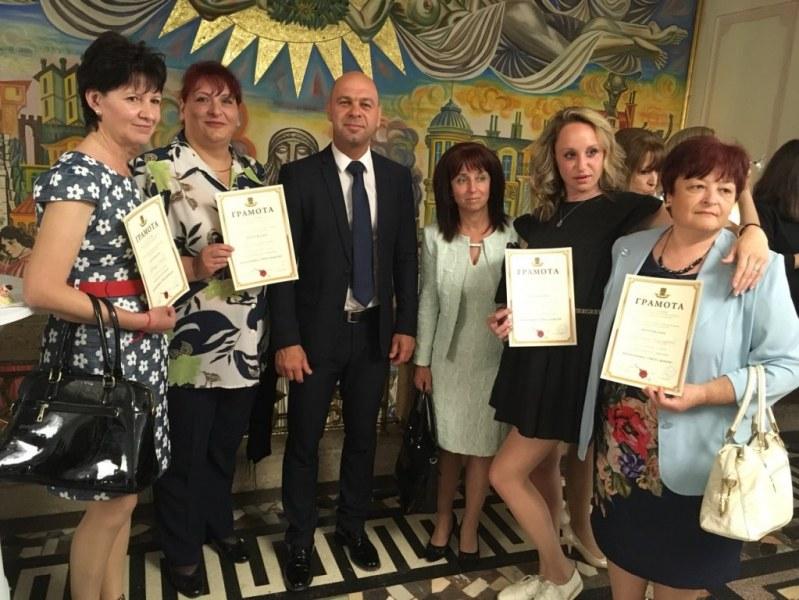 """58 преподаватели от училища в """"Тракия"""" наградени в навечерието на 24 май"""