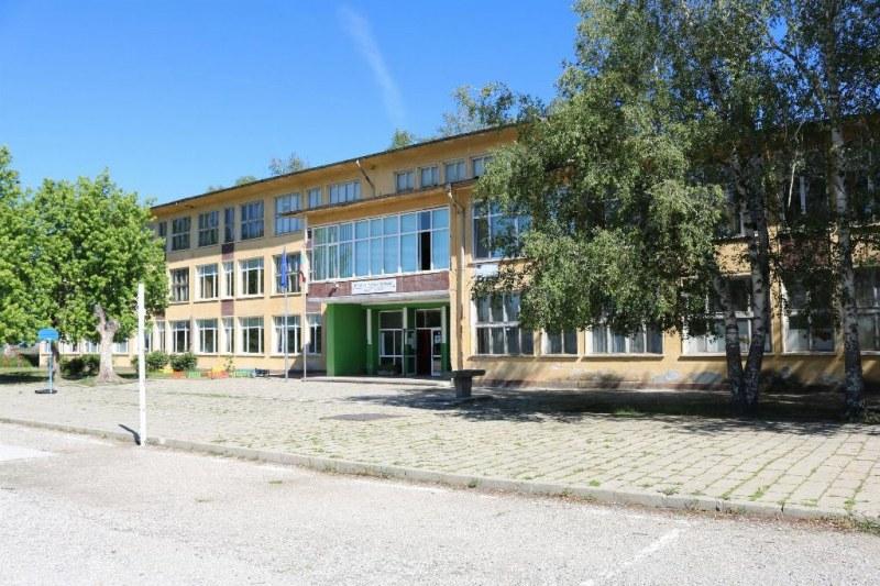 Училището във Ведраре стана на 130 години, кметът подари икона